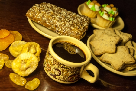 Una taza de caf? y galletas en una mesa photo