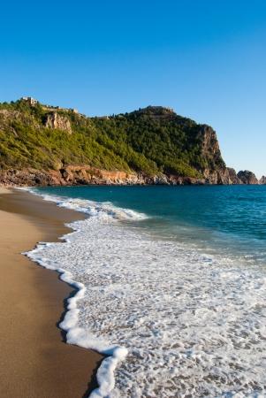 burcht van Alanya gebouwd op de rotsen en het strand van Cleopatra, Antalya, Turkije