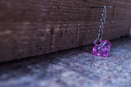 plastic heart: rosa cuore di plastica su legno