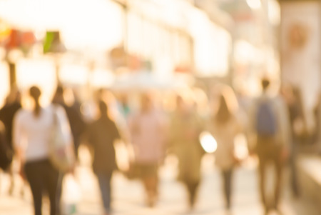 multitud: Viajeros de la ciudad. Alta imagen borrosa clave de los trabajadores de volver a casa despu�s del trabajo. Rostros irreconocibles, efecto de blanqueado. Foto de archivo