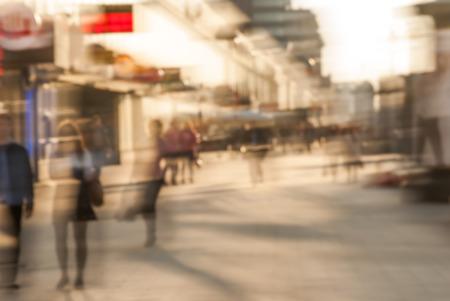 Stad pendelaars. High key wazig beeld van de werknemers terug naar huis na het werk. Onherkenbare gezichten, gebleekt effect.
