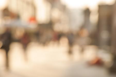 Stad pendelaars. High key wazig beeld van de werknemers terug naar huis na het werk. Onherkenbaar gezichten, gebleekt effect.