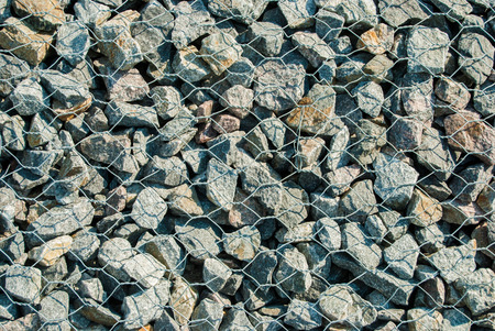 gabion mesh: pebble stones in aluminiummesh