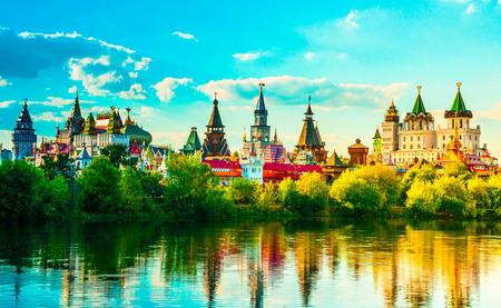 Mooi landschap met Izmaylovo Kremlin achter de rivier en weelderig groen, Moskou, Rusland