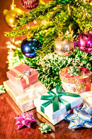 under the tree: regalos de navidad bajo el �rbol Foto de archivo