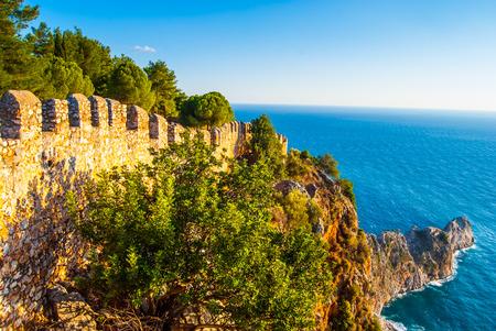 destinos: Castillo de Alanya con vistas a la ciudad y la playa, uno de los famosos destinos en Turqu�a Foto de archivo