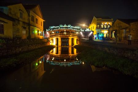 ponte giapponese: Vecchio giapponese ponte di notte a Hoi An, Vietnam