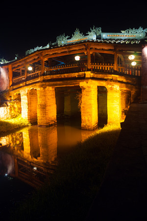 ponte giapponese: Vecchio ponte giapponese di notte in Hoi An, Vietnam