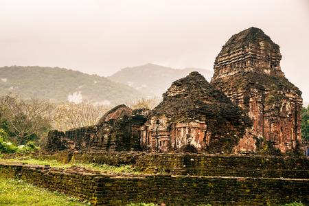 Mon Fils, tamples Ancient hindous de la culture Cham au Vietnam près des villes de Hoi An et Da Nang. Banque d'images - 38437347