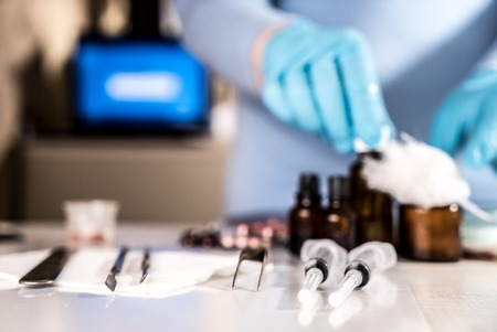 urgencias medicas: Jeringa con viales de vidrio y medicamentos píldoras
