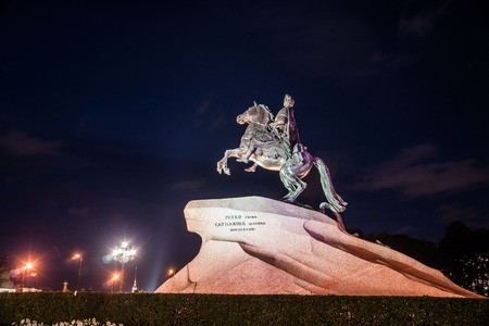 uomo a cavallo: The Bronze Horseman - equestrian statue of Peter the Great in Staint-Petersburg, Russia. One of the major tourist attractions viewed at night in artificial light of street lanterns.