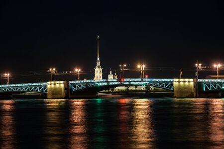 palacio ruso: Hermosa vista nocturna de San Petersburgo, Rusia, con el famoso Palacio de puente sobre el río Neva, Pedro y fortaleza de Pavel y la isla Vasilievsky. Imaginería turístico impresionante. La mayoría de los puntos de referencia ruso prominentes. Foto de archivo