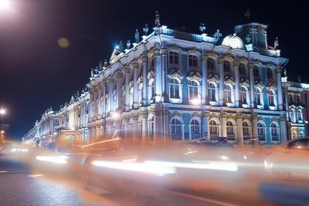 palacio ruso: Hermosa vista nocturna del Palacio de Invierno en San Petersburgo. semáforo y linternas crean una iluminación de colores para puntos de referencia prominentes ruso. San Petersburgo, Rusia