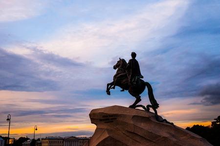 uomo a cavallo: Il cavaliere di bronzo - statua equestre di Pietro il Grande in Staint Pietroburgo, Russia. Una delle maggiori attrazioni turistiche visualizzate in direzione del fiume Neva contro bel cielo al tramonto.