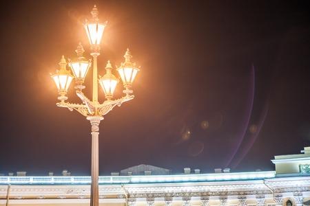 Russian palace: Plaza de palacio en San Petersburgo, Rusia. Fotograf�a de la noche. Los monumentos de la plaza - Palacio de Invierno de los zares de Rusia, edificio de estilo Imperio del Estado Mayor y la columna de Alejandro en el centro.