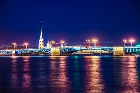 Russian palace: Hermosa vista nocturna de San Petersburgo, Rusia, con el famoso Palacio de puente sobre el r�o Neva, Pedro y fortaleza de Pavel y la isla Vasilievsky. Imaginer�a tur�stico impresionante. La mayor�a de los puntos de referencia ruso prominentes. Foto de archivo