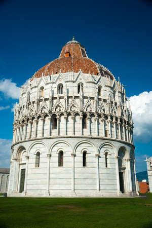 piazza dei miracoli: Baptistery on famous Piazza dei Miracoli, Pisa, Italy