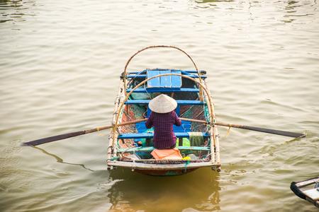 ハロン湾、ベトナムをボートします。