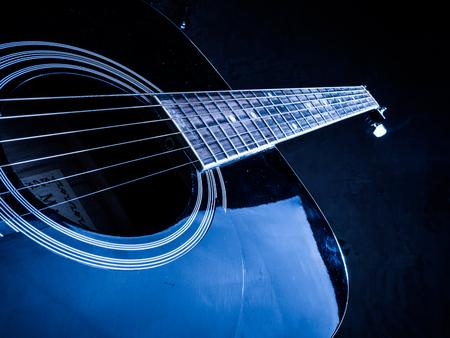 guitarra: Foto de cerca de una guitarra acústica tocada por un hombre. Sólo las manos visibles. Guitarrista Unrecognizible.