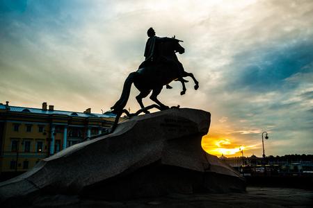 uomo a cavallo: Il cavaliere di bronzo - statua equestre di Pietro il Grande in Staint Pietroburgo, Russia contro bel cielo al tramonto.