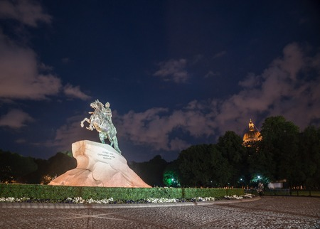 uomo a cavallo: The Bronze Horseman - equestrian statue of Peter the Great in Staint-Petersburg, Russia viewed at night in artificial light of street lanterns.