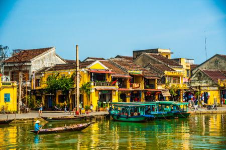 HOI AN, VIETNAM - FEBRUARI 5, 2015: Traditionele boten in Hoi An. Hoi An is de site voor cultureel erfgoed van de wereld, beroemd vanwege zijn gemengde culturen en architectuur. Redactioneel