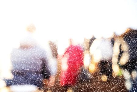 personas en la calle: los pasajeros de la ciudad de invierno con nieve. Imagen borrosa de los trabajadores que vuelven a casa despu�s del trabajo. rostros irreconocibles, efecto de blanqueado.
