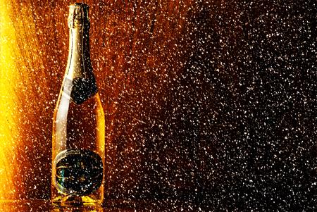 brindisi spumante: bottiglia di champagne su fondo in legno Archivio Fotografico