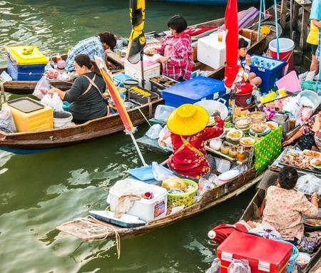 Los barcos del comerciante colorido en un mercado flotante en Tailandia. mercados flotantes son uno de los principales destinos turísticos culturales en Asia. Foto de archivo - 52616382