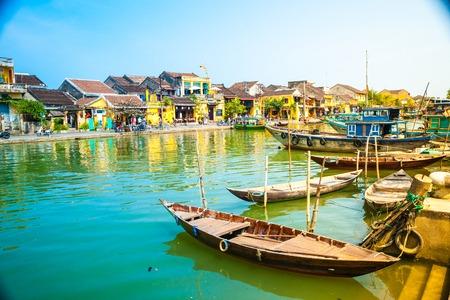 Traditionele boten in de voorkant van de oude architectuur in Hoi An, Vietnam. Hoi An is de World Cultural Heritage Site, beroemd om gemengde culturen en architectuur. Stockfoto