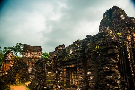 Mon Fils, tamples Ancient hindous de la culture Cham au Vietnam près des villes de Hoi An et Da Nang. Banque d'images - 55997995