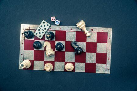 Varios Juegos De Mesa Y Figuritas Mas De Tablero De Damas Y Fondo