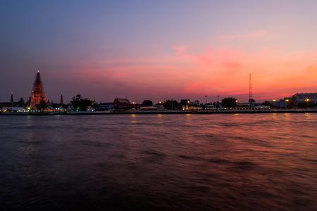 timelapse: Wat Arun temple, sunset on the water - Bangkok, Thailand