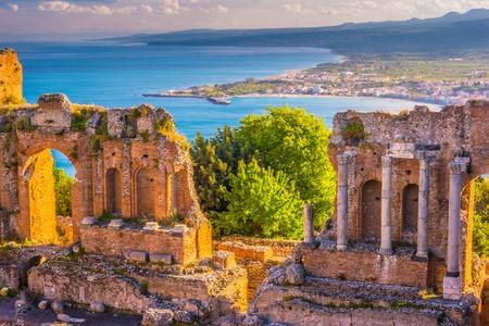 夕暮れ時のタオルミーナ劇場の遺跡。美しい旅行写真は、シチリア島のカラフルなイメージ。