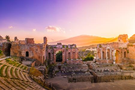 De ruïnes van Taormina Theater bij zonsondergang.