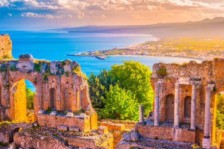 석양 Taormina 극장의 유적입니다. 아름 다운 여행 사진, 시칠리아의 다채로운 이미지입니다.