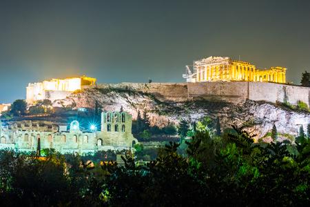 templo romano: Parthenon y Herodium construcción en la colina de la Acrópolis en Atenas, Grecia disparo en la hora azul con