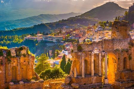 De ruïnes van Taormina Theater bij zonsondergang. Prachtige reis, kleurrijk beeld van Sicilië. Stockfoto