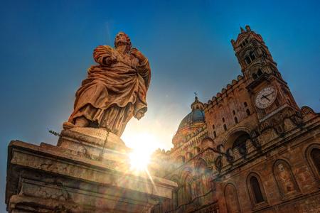 逆光、イタリア、シチリア島パレルモ大聖堂教会の正面の彫刻します。