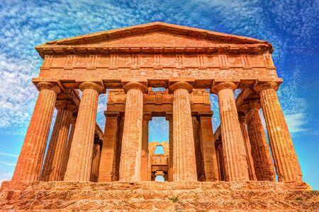 templo griego: El famoso templo de la Concordia en el Valle de los Templos cerca de Agrigento, Sicilia