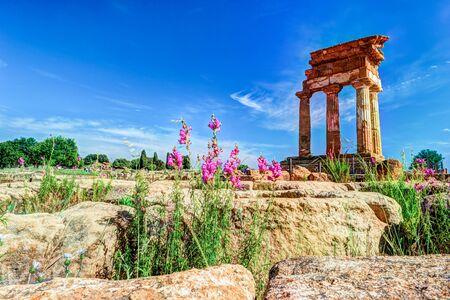 templo griego: Agrigento, Sicilia. Templo de Castor y Pollux uno de los templos griegos de Italia, la Magna Grecia. Las ruinas son el símbolo de la ciudad de Agrigento.