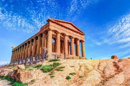 アグリジェント、シチリア島の近くの寺院の谷で有名なコンコルディア神殿