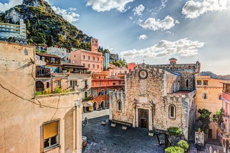 The Duomo in most popular sicilian resort Taormina. Aerial view. Townscape of Taormina with cathedral, square and the hill with other buildings. Banque d'images