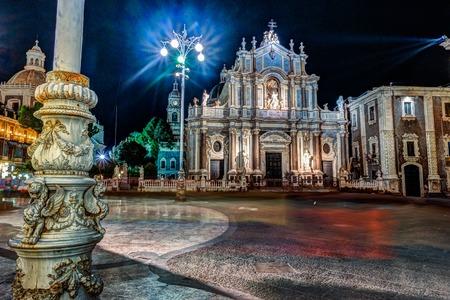 Piazza Duomo o Piazza del Duomo con la costruzione del Municipio, Duomo di Catania a Catania in Sicilia, Italia. Archivio Fotografico