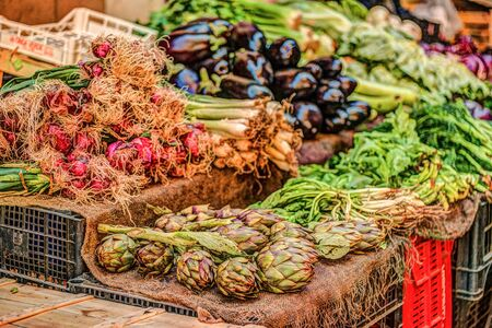 vitamines: Fresh vegetables at a market in Palermo, Sicily. Onion, artichoke and eggplant.