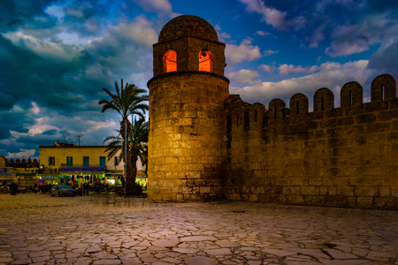 Foto de la noche de la mezquita en Sousse.
