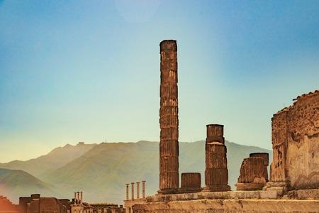 templo romano: El famoso sitio antiguo de Pompeya, cerca de Nápoles.