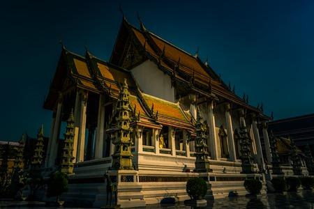 lejos: La capilla de Wat Suthat. Foto de archivo