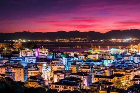 Cagliari 's nachts, hoofdstad van de regio van Sardinië, Italië. Mooi horizonbeeld van de grote stad op het eiland. Stockfoto