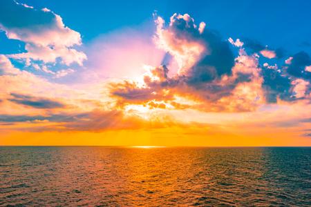 Panoramische dramatische avondrood en tropische zee in de schemering. Prachtige kleurrijke foto. Stockfoto